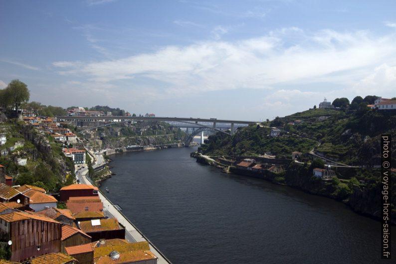 Vue du Pont Dom-Luís sur le Douro en direction amont. Photo © André M. Winter
