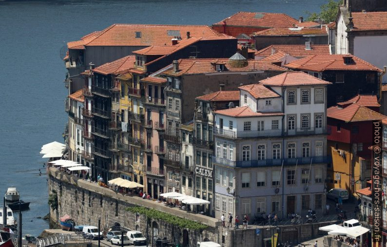 Maisons au-dessus du Muro dos Bacalhoeiros. Photo © André M. Winter