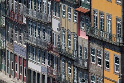 Façades aux grandes fenêtres des maisons du Cais da Estiva. Photo © André M. Winter