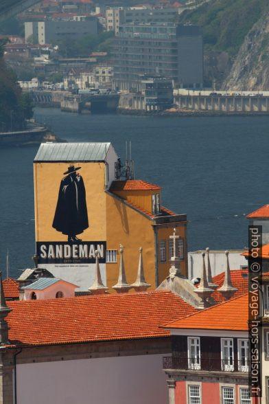 Publicité Sandeman sur une tour du quartier São Nicolau. Photo © André M. Winter