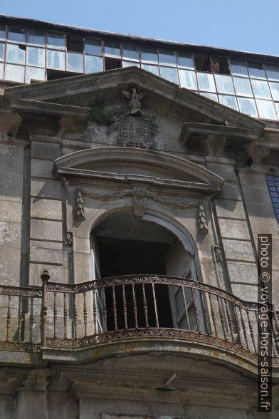 Balcon représentatif d'une maison abandonnée et en ruine. Photo © Alex Medwedeff