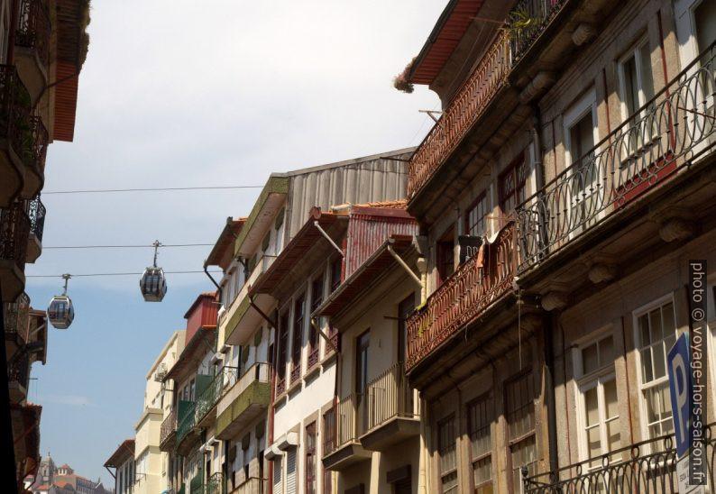Téléphérique de Gaia et balcons de la Rua Cândido dos Reis. Photo © Alex Medwedeff