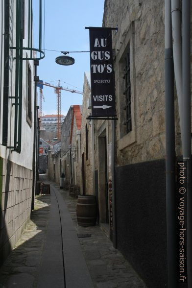 Rua de França entre les celliers de porto. Photo © Alex Medwedeff