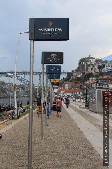 Publicités de marques de porto. Photo © André M. Winter