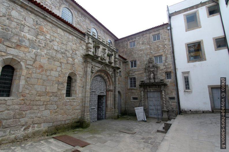 Cour devant l'église de Santa Clara do Porto. Photo © André M. Winter