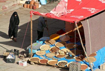 Marchand aux épices au marché de Tafraoute. Photo © André M. Winter