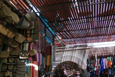 Toits pour ombrager les souks de Marrakech. Photo © André M. Winter