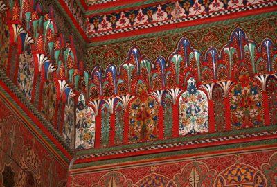 Plafond en bois de cèdre rehaussé de motifs peints de fleurs. Photo © André M. Winter