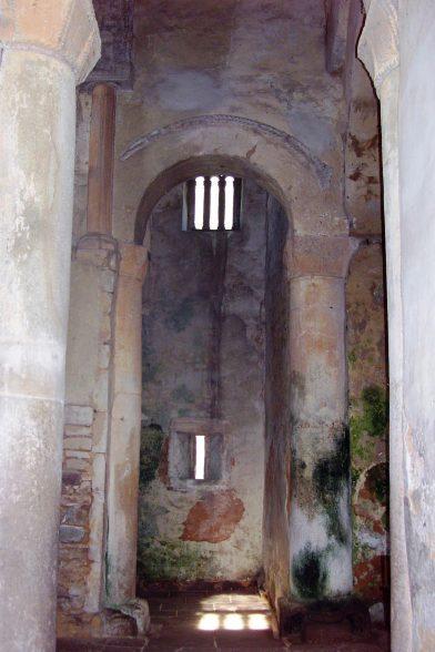 À l'intérieur de l'église St. Michel de Lillo. Photo Wikimédia AsturiasVerde