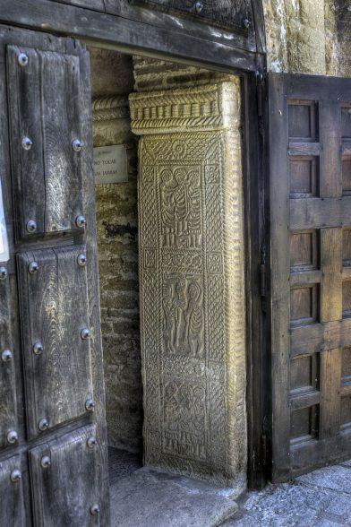 Jambage en relief de la porte d'entrée de St. Michel de Lillo. Photo CCSA2 Wikimédia Ángel M. Felicísimo
