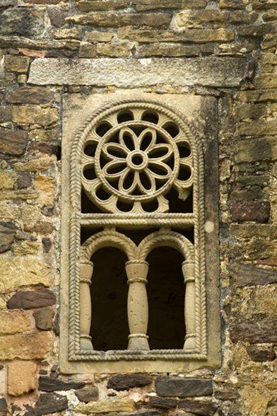 Baie ciselée de la façade principale de St. Michel de Lillo. Photo CCSA4 Wikimédia Paul M.R. Maeyaert