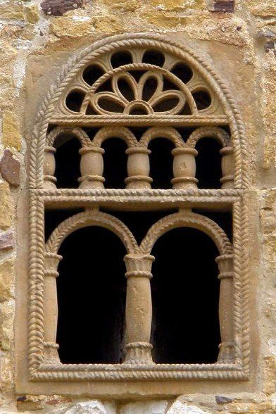 Baie ciselée de la façade principale de St. Michel de Lillo. Photo CCSA3 Wikilédia Zarateman