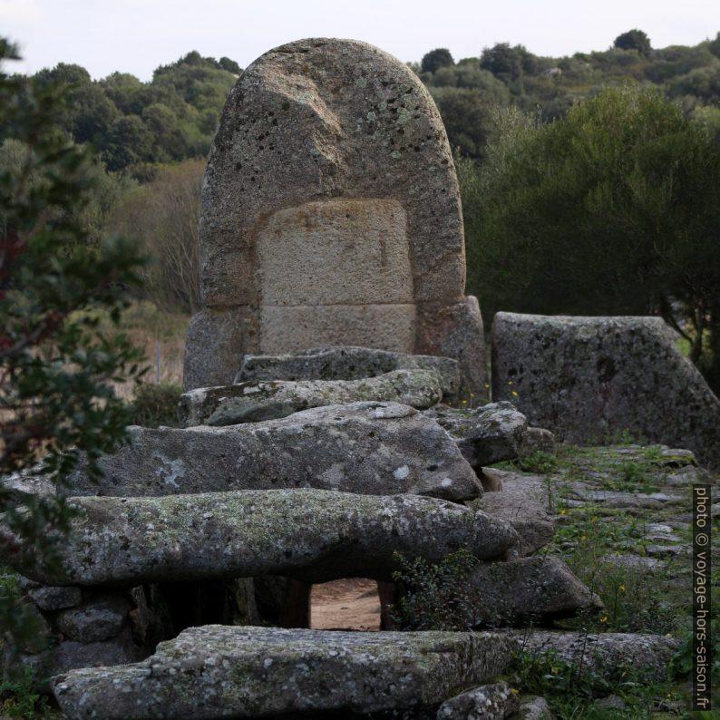 Pierre bi-lithique de la tombe des géants de Coddu Vecchiu vue de derrière. Photo © André M. Winter