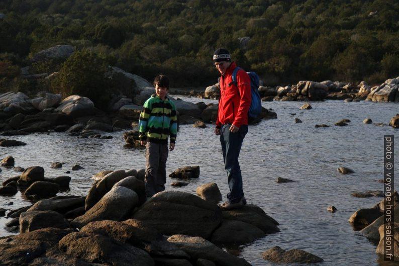 Nicolas et André sur les rochers. Photo © Alex Medwedeff