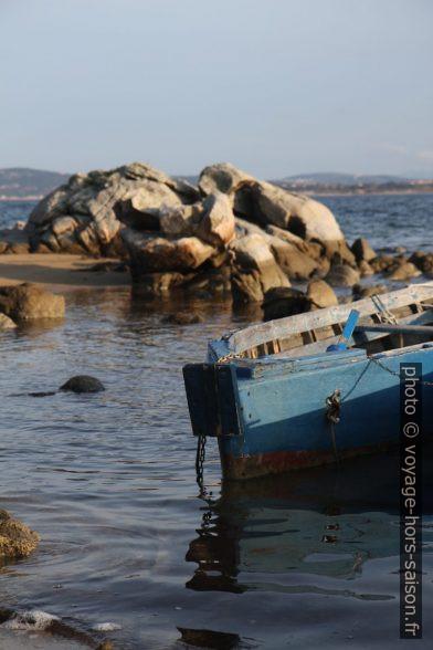 Rochers et bateau de pêche dans la Baia di Liscia. Photo © Alex Medwedeff
