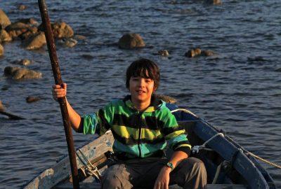 Nicolas sur un bateau de pêche. Photo © André M. Winter