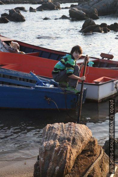 Nicolas sur un bateau de pêche. Photo © Alex Medwedeff