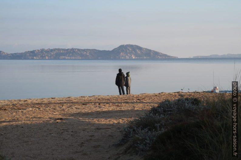 Alex et Nicolas le matin sur la plage de la baie de Liscia. Photo © André M. Winter