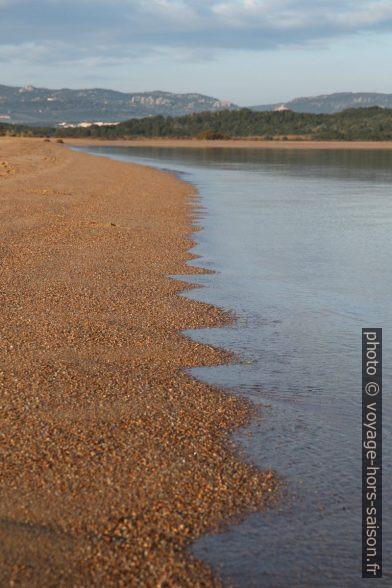 Plage de sable mer calme le matin. Photo © Alex Medwedeff