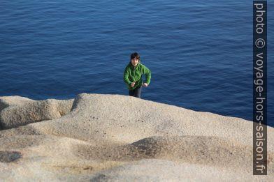 Nicolas court sur un rocher du Capo Testa. Photo © André M. Winter