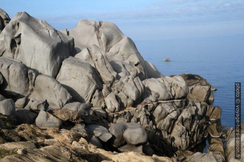 Rochers erodés et bande rocheuse au Capo Testa. Photo © Alex Medwedeff