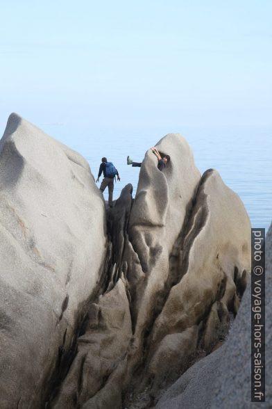 Nicolas et André grimpent sur les rochers du Capo Testa. Photo © Alex Medwedeff