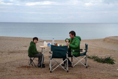 Nicolas et André déjeunent sur la plage de Badesi. Photo © Alex Medwedeff
