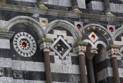 Colonnes et carreaux colorés de la façade de la Basilique de Saccargia. Photo © André M. Winter