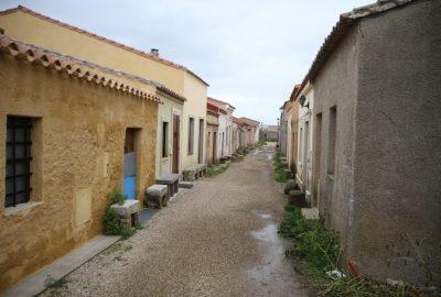 Habitations temporaires autour de San Salvatore di Sinis. Photo © Alex Medwedeff