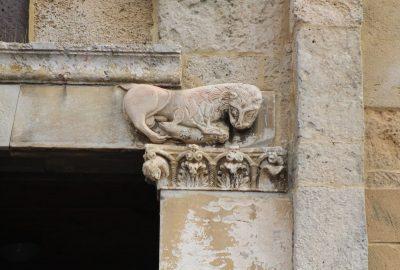 Lion mâle au sexe très apparent sur le linteau principal de Santa Giusta. Photo © André M. Winter