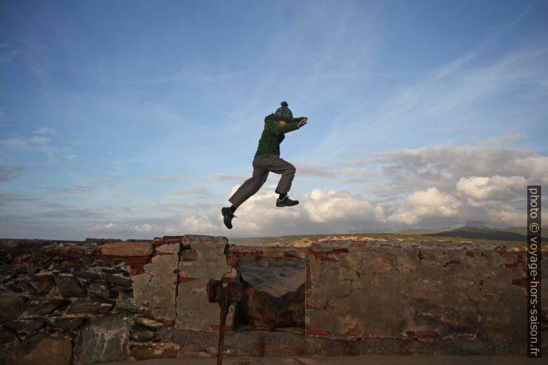 Nicolas saute par dessus une brèche dans une vieille digue. Photo © Alex Medwedeff