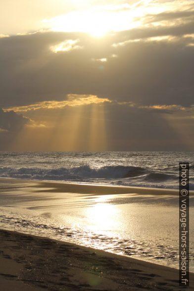 Contre-jour et rayons de soleil à la plage de Piscinas. Photo © André M. Winter