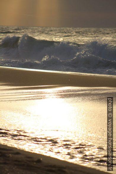 Contre-jour et déferlante à la plage de Piscinas. Photo © André M. Winter