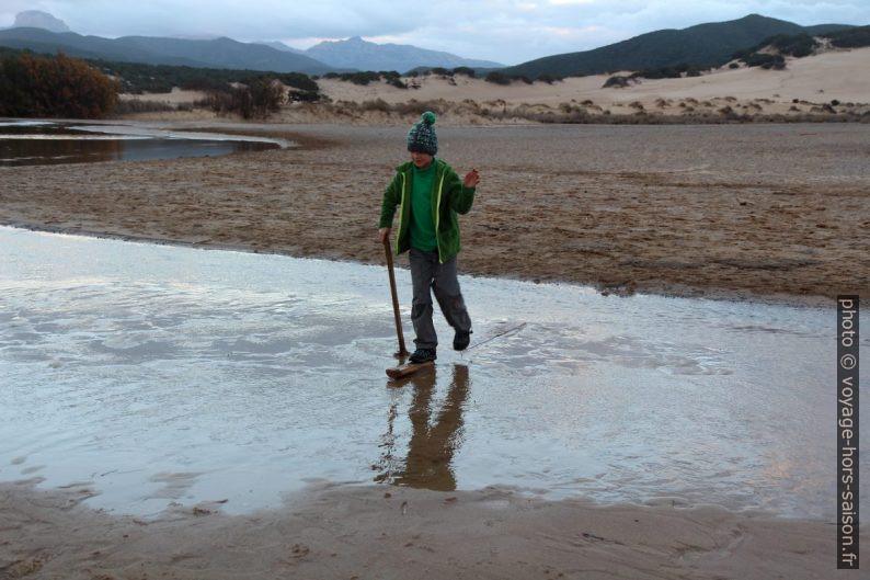 Nicolas passe en gué sur le Rio Naracauli avec des bouts de bois. Photo © André M. Winter