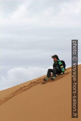 Nicolas saute d'une dune fraîchement amassée. Photo © André M. Winter