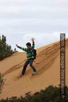 Nicolas court d'une dune fraîchement amassée. Photo © André M. Winter