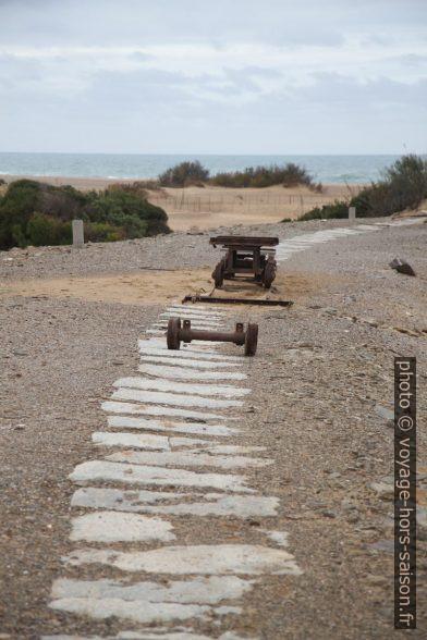 Ancien tracé du chemin de fer de la mine Naracauli. Photo © Alex Medwedeff
