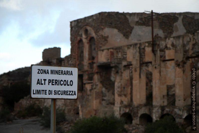 Panneau avertissant des danges des ruines de Naracauli. Photo © Alex Medwedeff