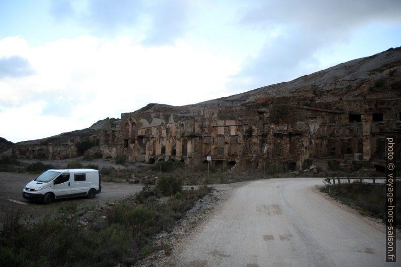 Notre Trafic dans les ruines de Naracauli. Photo © Alex Medwedeff