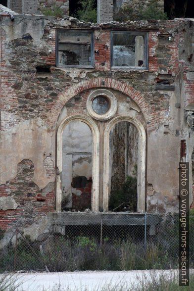 Cadre de fenêtre classiciste industriel des mines de Naracauli. Photo © André M. Winter
