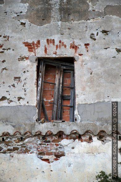 Fenêtre murée. Photo © Alex Medwedeff