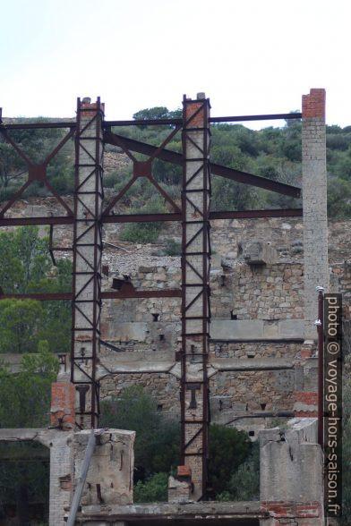 Colonnes de briques avec armure métallique externe à Naracauli. Photo © André M. Winter