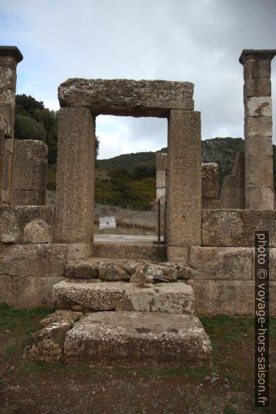 Accès lateral à la cella du Temple d'Antas reconstitué. Photo © Alex Medwedeff