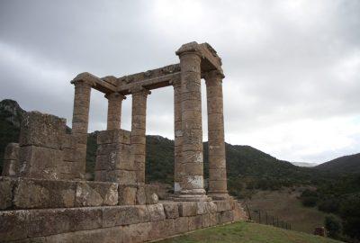 Colonnes de la partie antérieure du Temple d'Antas. Photo © Alex Medwedeff