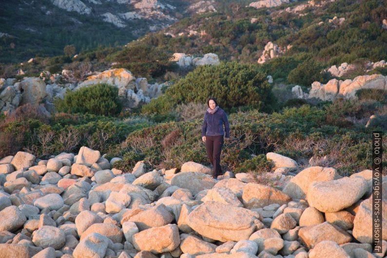 Alexandra sur les rochers ronds du Capo Comino. Photo © André M. Winter
