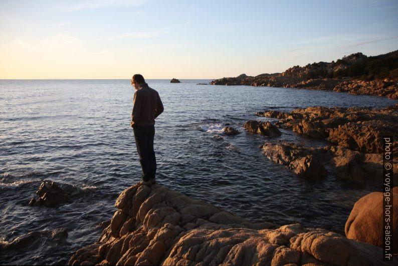 André sur les rochers. Photo © Alex Medwedeff