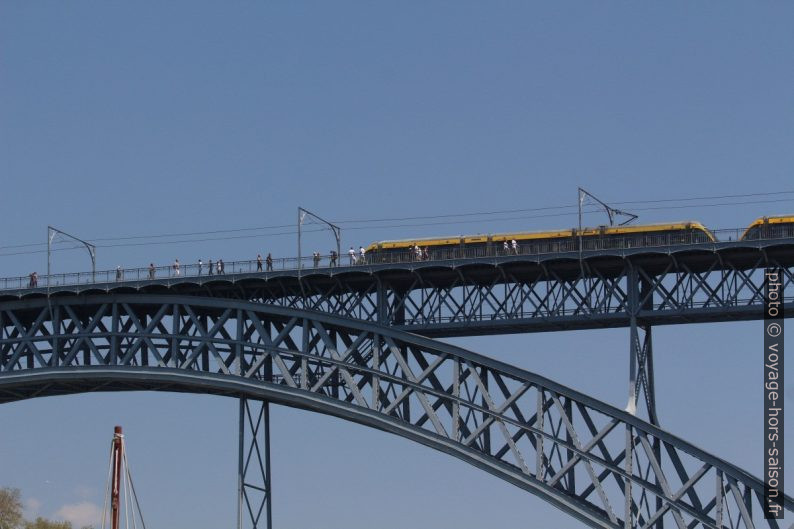 Le metro do Porto passe sur le Ponte Luís I. Photo © André M. Winter