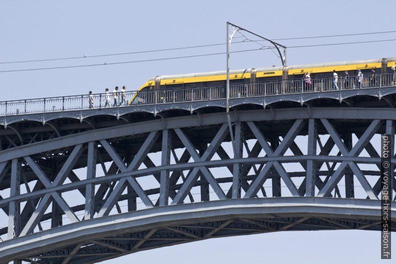 Une rame de métro sur le Pont Dom-Luís. Photo © André M. Winter