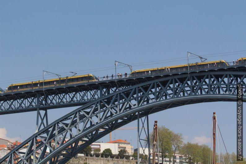 Plusieurs rames de métro sur le Pont Dom-Luís. Photo © André M. Winter