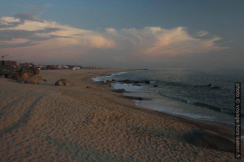 Praia de Salgueiros le soir. Photo © Alex Medwedeff